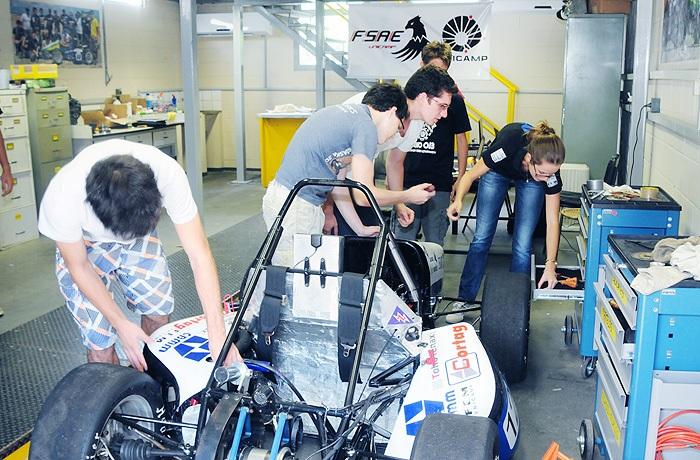 Equipe FSAE-Unicamp team ajustando o carro para a competição nos Estados Unidos em 2014